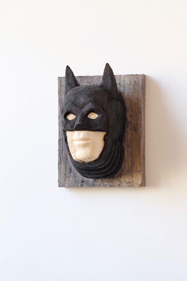 Jan Thomas, Trophäe-Batman, 2018, Pappelholz, Lasur, 30-23-26 cm